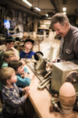 STF Persåsen Leif lär barnen svarva.jpg