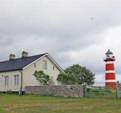 Huvudbyggnaden med mur och fyr foto Statens fastighetsverk.jpg